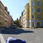 Atembetörende Ruhe. Es fehlen die Menschen, die auf den ruhigen Straßen Freizeit machen (Grillen, Spielen, Familienaktivität)