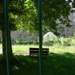 grüne Parkanlage verlassen und eingezäunt